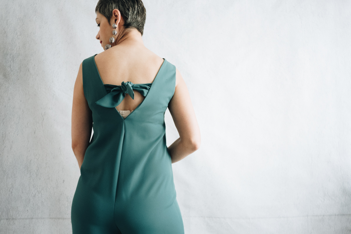 DIY Emerald fitted jumpsuit, with v-neck back and front neckline, front zipper and tie back. Sewing pattern: Fibre Mood Danika